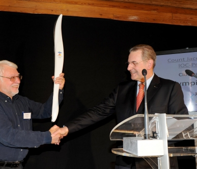 Jacques Rogge grant the olympic torch to the Sportimonium
