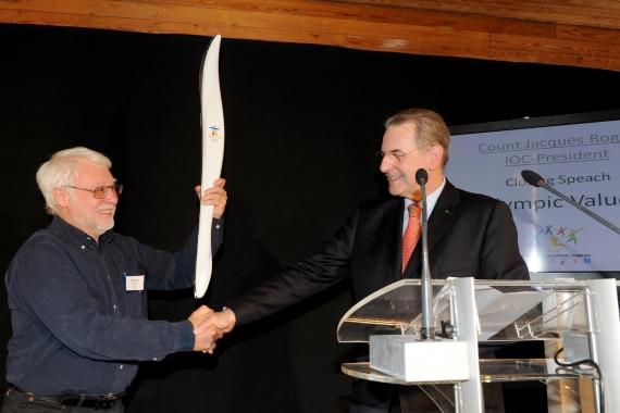 Jacques Rogge schenkt olympische fakkel aan Sportimonium